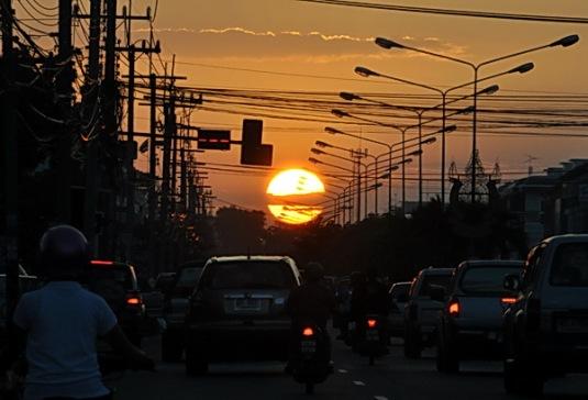 พระอาทิตย์ตก ที่ถนนพญาสัจจา