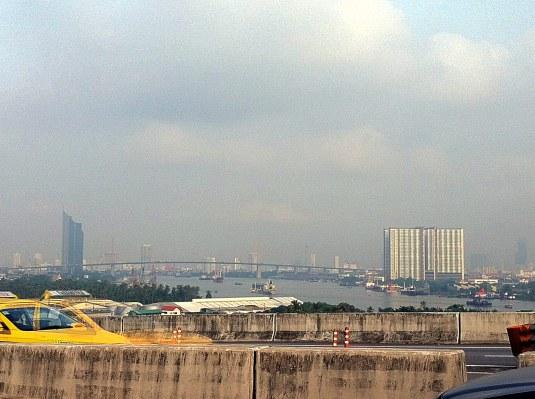 คอนโด ลุมพินีพาร์ค ริเวอร์ไซด์ พระราม 3 มองจากบนสะพานภูมิพล ถ่ายด้วย iPhone 4